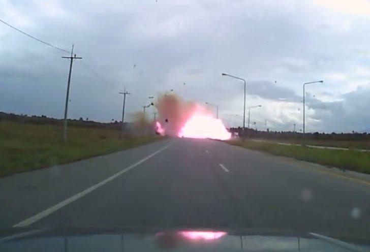 คลิปนาทีระทึก! คนร้ายกดระเบิดรถที่ขโมยมาทำคาร์บอมบ์ ตูมสนั่นหวังสังหารจนท.
