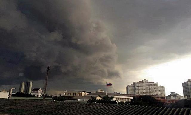 เเดดเเบบนี้อย่าไว้ใจ ! พายุฤดูร้อนมาแล้ว ถล่ม 43 จังหวัดทั่วประเทศ เจอฝนตกหนัก-พายุลูกเห็บ