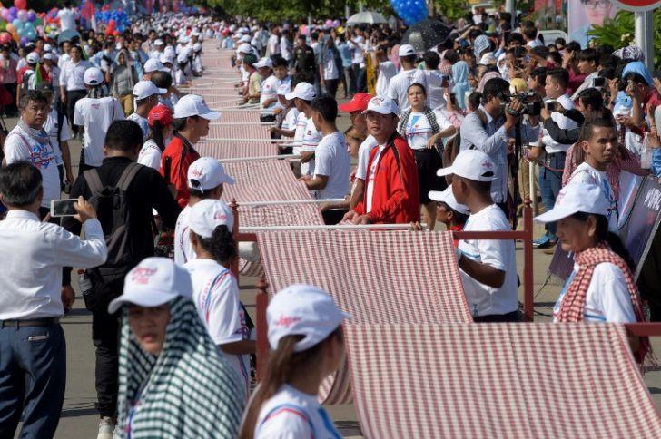 'กัมพูชา' ทำสถิติ 'กินเนสบุ๊ก' ทอผ้าพันคอยาวที่สุดในโลก 1.1 กิโลเมตร