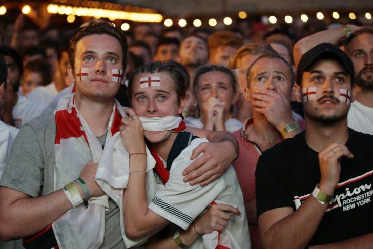 """ช็อตเด็ดบอลโลก : บรรยากาศกองเชียร์อังกฤษก่อน-หลังทีมรักพ่าย """"โครเอเชีย"""" อย่างน่าเสียดาย"""