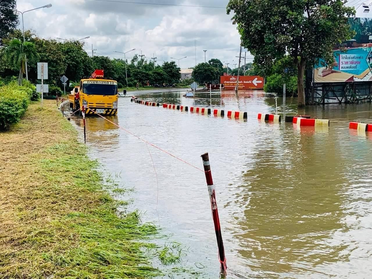น้ำท่วมอุบลฯดีขึ้น กรมทางหลวงวางบิ๊กแบ็คบนถนนสาย 24 ให้รถเล็กสัญจรได้