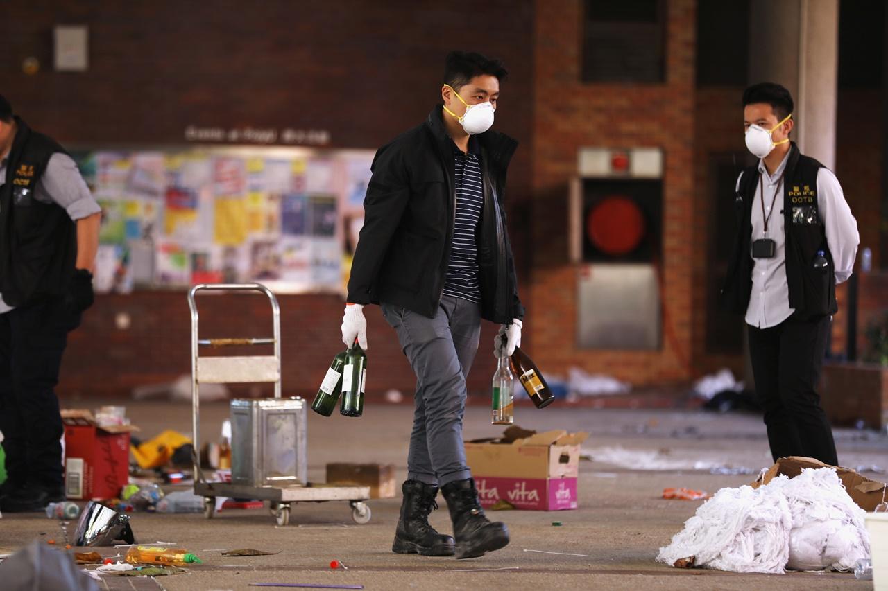 """ฮ่องกงเคลียร์ พท.""""โพลียู"""" พบ """"ระเบิดขวด"""" เกือบ 4,000 ลูกในมหา'ลัย"""