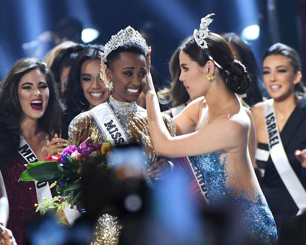 """มงลง! """"นางงามแอฟริกาใต้""""คว้าตำแหน่งมิสยูนิเวิร์ส 2019 สาวผิวสีในรอบ 8 ปี"""
