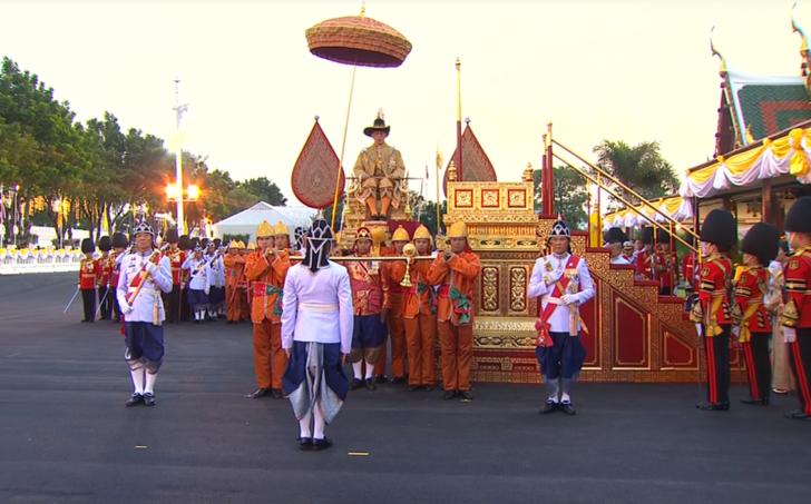 ในหลวงเสด็จฯโดยขบวนราบ ประทับพระราชยานพุดตานทอง พระราชินีและเจ้าฟ้าพัชรกิติยาภาทรงพระดำเนินคู่เคียงพระราชยาน