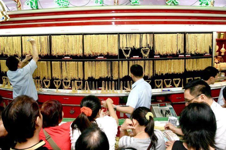 ประชาชนซื้อ-ขายทอง ที่ร้านทองในเยาวราช หลังราคาทองปรับขึ้น