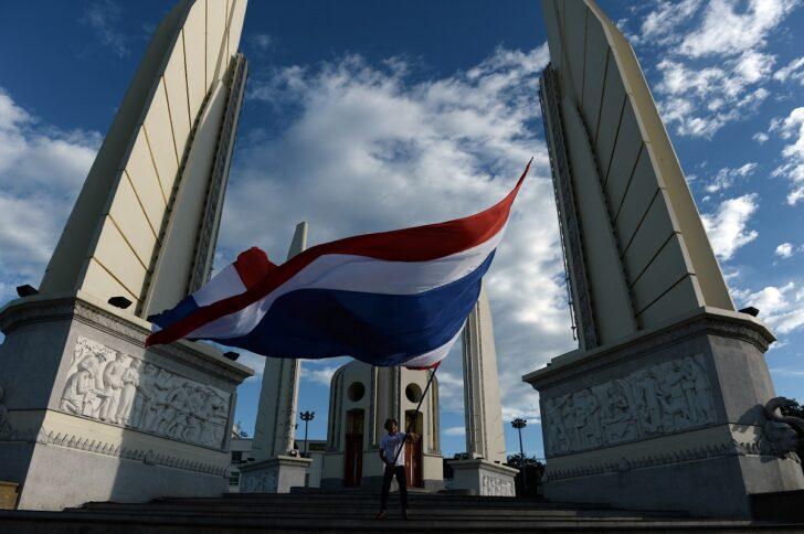 ชายโบบกธงชาติไทย บริเวณ อนุสาวรีย์ประชาธิปไตย