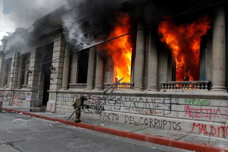 Guatemala is on fire! Protesters raid the Parliament Objection to approve  the statement