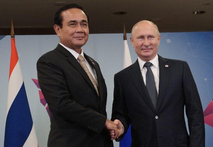 พล.อ.ประยุทธ์ จันทร์โอชา นายกรัฐมนตรีและรัฐมนตรีว่าการกระทรวงกลาโหม ขณะจับมือกับ นายวลาดีมีร์ ปูติน ประธานาธิบดีรัสเซีย เมื่อปี 2016