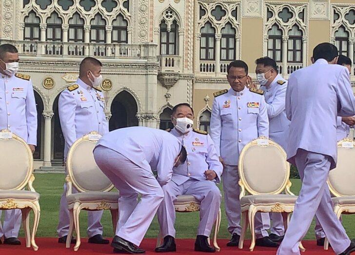 FILE PHOTO : นายอนุชา นาคาศัย รมว.ประจำสำนักนายกรัฐมนตรี ในฐานะเลขาธิการพรรคพลังประชารัฐ ขณะรอถ่ายรูปครม. เมื่อ วันที่ 11 ส.ค. 2563 ได้รุดเข้ามากราบที่ตัก พล.อ.ประวิตร วงษ์สุวรรณ รองนายกรัฐมนตรีในฐานะหัวหน้าพรรคพลังประชารัฐ