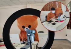 ครูตากสวมชุดหมีบราวน์สอนเด็กออนไลน์