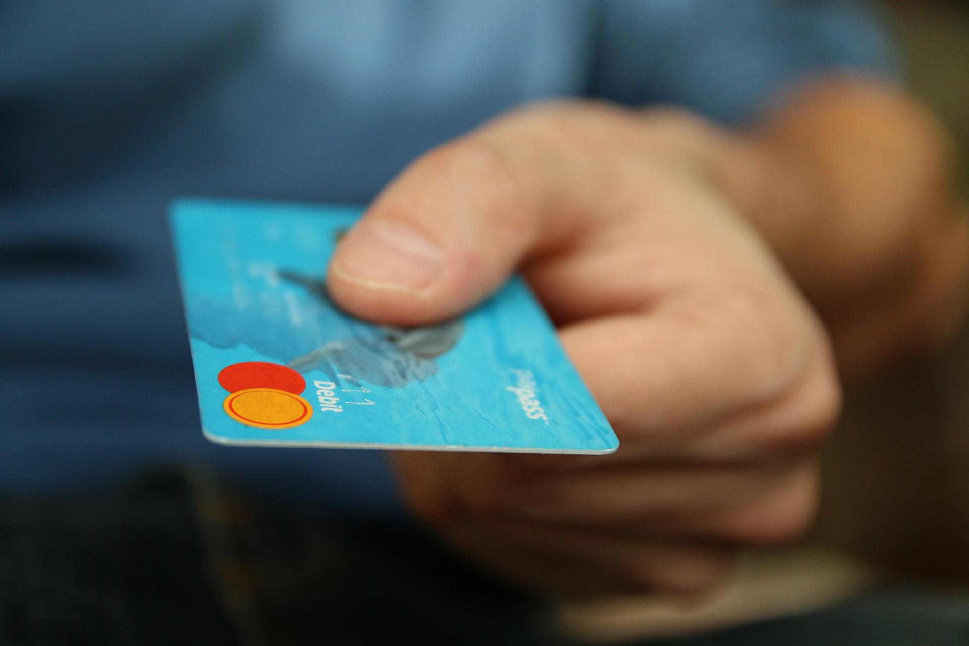 รู้ยัง? ยกเลิกบัตรเอทีเอ็ม-บัตรเดบิต ขอคืนค่าธรรมเนียมได้ – การเงิน