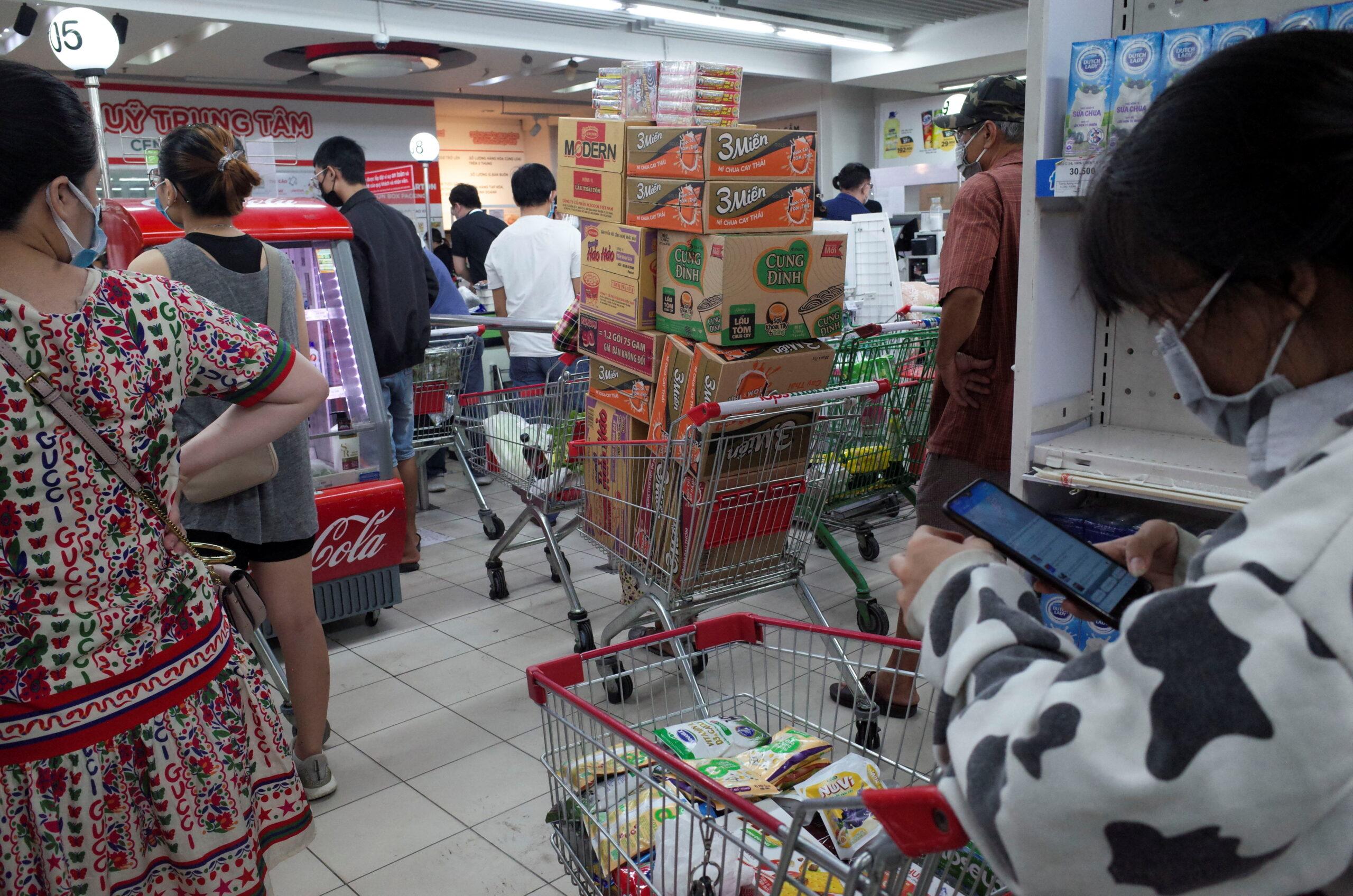 """ชาวเวียดนาม แห่กักตุนสินค้า ก่อนล็อกดาวน์ """"ห้ามออกจากบ้าน"""" – ต่างประเทศ"""